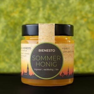 Produktfoto unseres streichzarten Sommerhonig - Sommerblüte mit Honigtauanteil