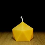 """Kleine geometrische Tischkerze """"Kristall"""" aus Bienenwachs mit schwarzem Hintergrund auf Holztisch"""