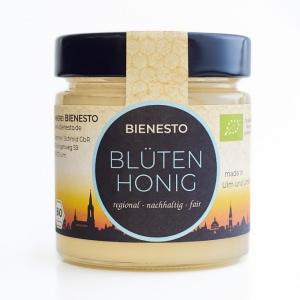 Heller Bienesto Bio-Blütenhonig aus der Frühtracht - regional, nachhaltig und fair - auf weißem Hintergrund