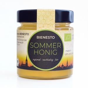 Bienesto Bio-Sommerhonig - Blütenhonig aus der Sommertracht - regional, nachhaltig und fair - auf weißem Hintergrund