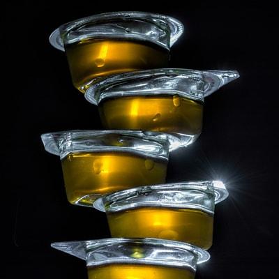 Unreifer Honig aus Honigfabriken - Foto mit Honig in Plastik