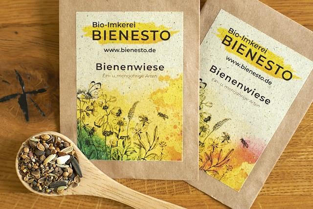 """Saatgut-Päckchen """"Bienenwiese"""" mit bis zu 50 verschiedenen Wild- und Kulturpflanzen für eine blühende Landschaft."""